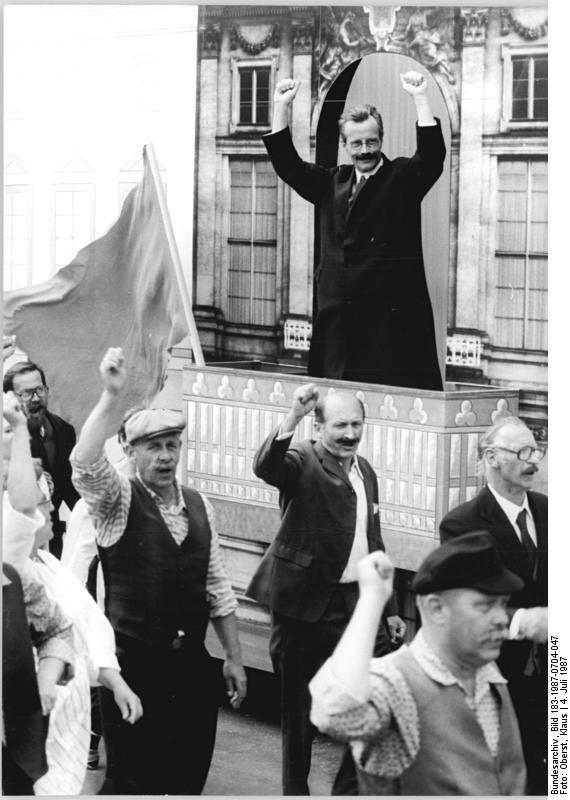 ADN-ZB Oberst 4.7.87 Berlin: Jubiläum-Festumzug. Innerhalb des großen Festumzuges durch das Stadtzentrum anläßlich des 750jährigen Stadtjubiläums wurde die Szene dargestellt, in der Karl Liebknecht am 9. November 1918 vom Balkon des Schlosses die sozialistische deutsche Republik ausgerufen hatte.