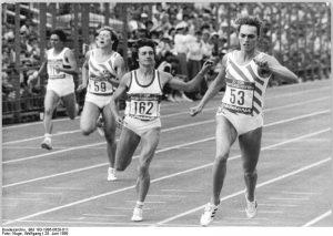 https://upload.wikimedia.org/wikipedia/commons/2/26/Bundesarchiv_Bild_183-1986-0629-011%2C_Heike_Drechsler%2C_Silke_Gladisch%2C_Sabine_Rieger.jpg